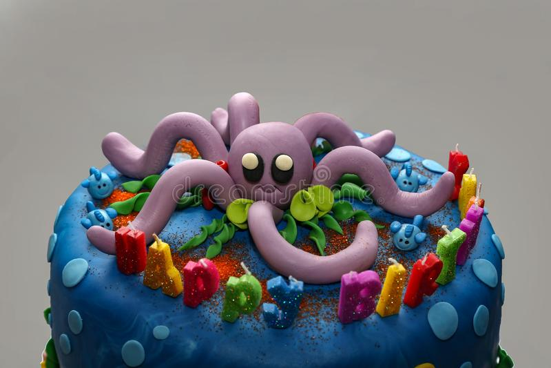 Buon compleanno Torta di compleanno sul tema marino fotografie stock libere da diritti