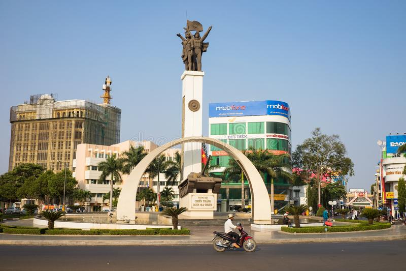 Buon Ma Thuot,越南- 2016年3月30日:一辆T-54坦克的胜利纪念碑在中心点的城市,发现的6条路交叉路  库存图片