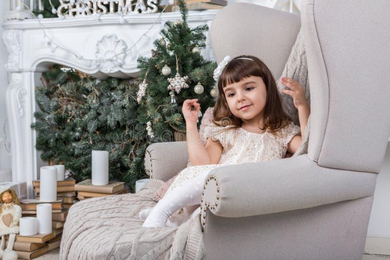 Buon Natale! Bambina felice sveglia immagini stock