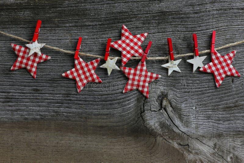 Buon Natale che appende le stelle del percalle e della betulla della decorazione con fotografie stock libere da diritti