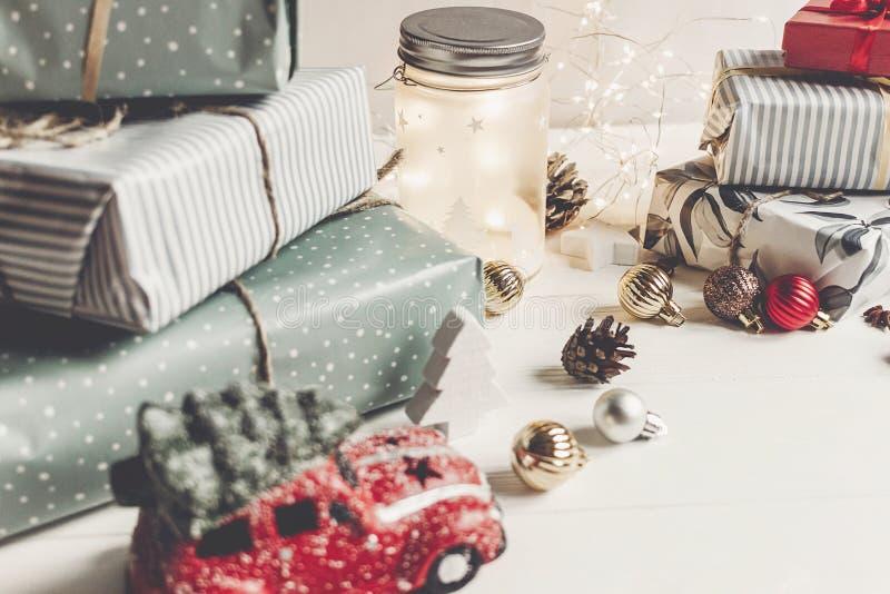 Buon Natale e buon anno presente moderni, ornamenti, fotografie stock