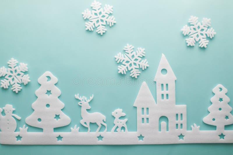 Buon Natale e buon anno Taglierina della schiuma della città con lo sno immagini stock