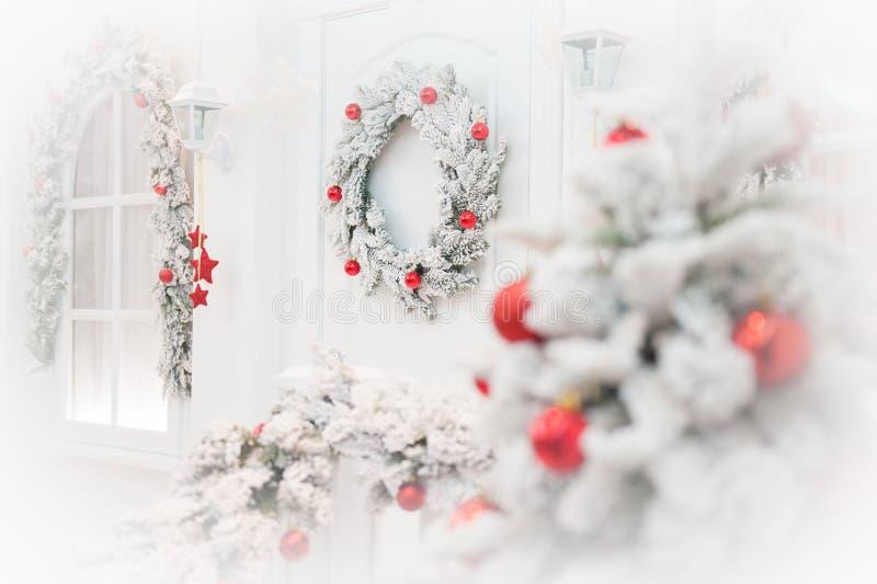 Buon Natale e decorazione del buon anno di hous bianco come la neve fotografie stock libere da diritti