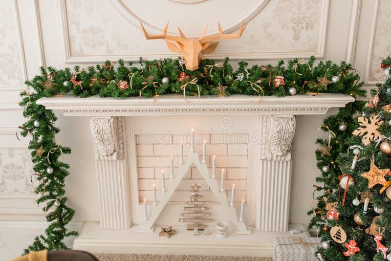 Buon Natale e feste felici! Un bello salone decorato per il Natale immagine stock