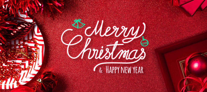 Buon Natale e fondo rosso del testo del buon anno la vista superiore di lamé, il contenitore di regalo, la palla, nastro decora s fotografie stock libere da diritti