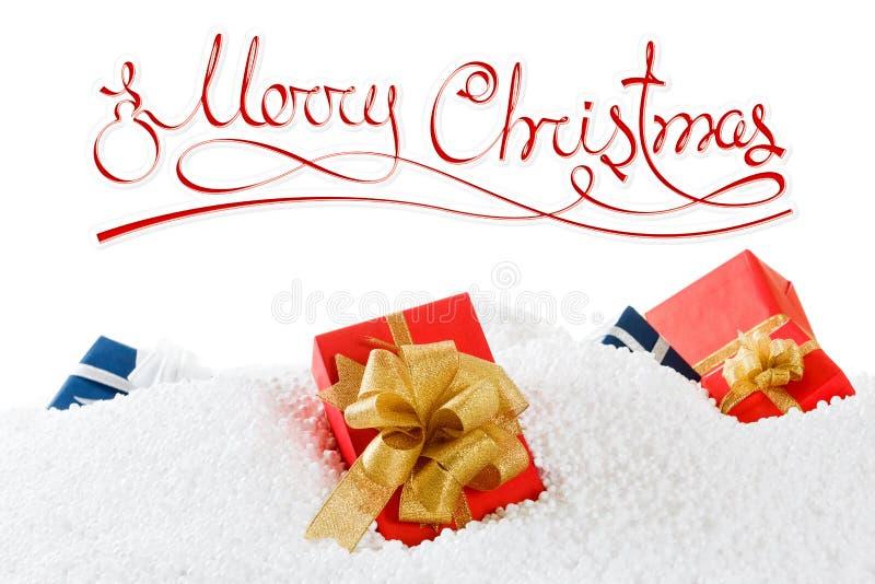 Buon Natale o concetto del buon anno con i contenitori di regalo sulla neve Bianco isolato fotografia stock