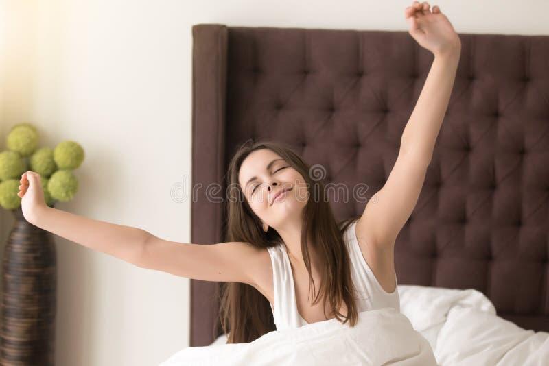 Buon sonno soddisfatto bella signora nella camera di albergo immagine stock libera da diritti