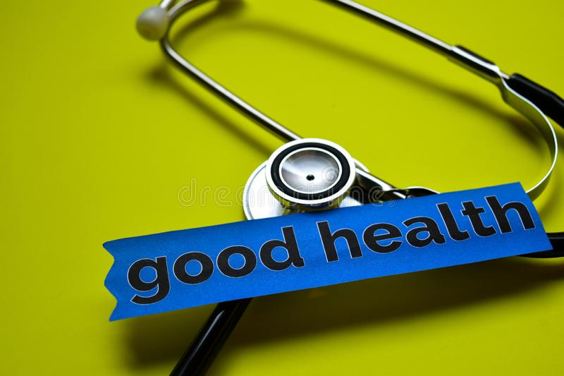 Buona salute del primo piano con ispirazione di concetto dello stetoscopio su fondo giallo immagini stock