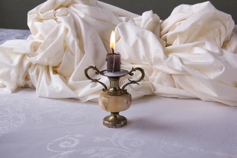 Buona sera! Natura morta bianca con il candeliere fotografia stock libera da diritti