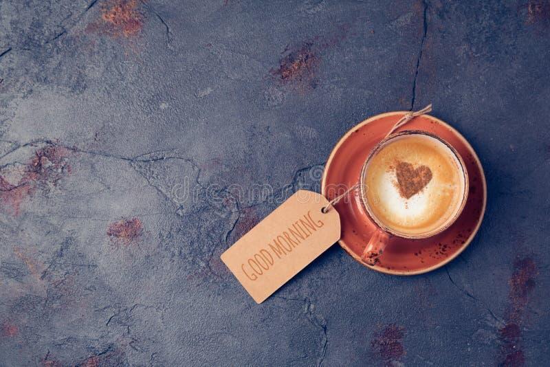 Buongiorno della tazza e della nota di caffè su fondo scuro fotografie stock libere da diritti