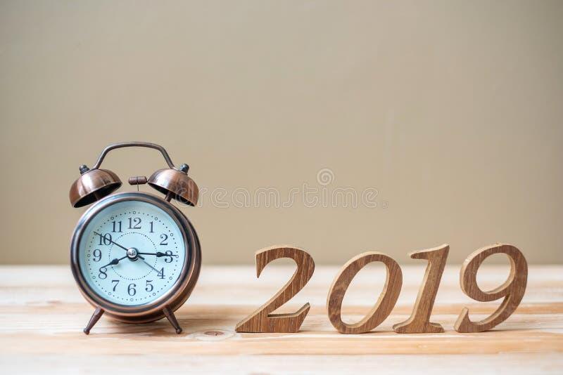 2019 buoni anni con la retro sveglia e numero di legno sullo spazio della copia e della tavola Nuovi inizio, risoluzione, scopi e fotografie stock libere da diritti