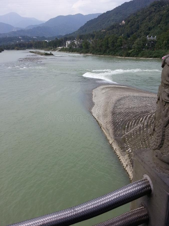 Buoni vista e paesaggio della diga dentro le montagne fotografia stock libera da diritti