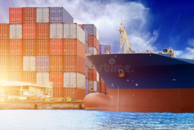 Buque de carga amarrado en el puerto en el contenedor para mercancías que apila en yarda fotos de archivo