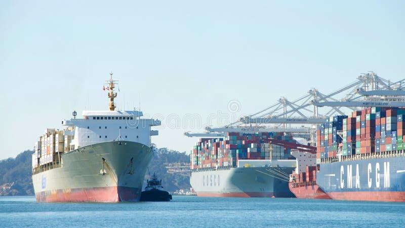 Buque de carga de Matson KAUAI que entra en el puerto de Oakland fotografía de archivo