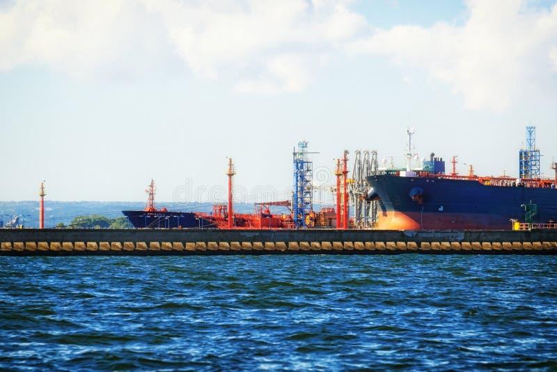 Buque de carga del cargamento en el puerto Gdansk, Polonia fotos de archivo libres de regalías