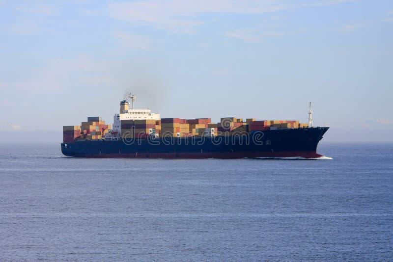 Buque de carga del envase en el mar. imágenes de archivo libres de regalías