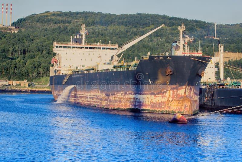 Buque de carga en el embarcadero poco puerto del norte fotos de archivo
