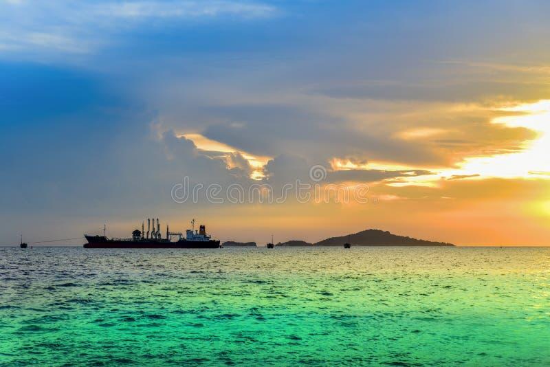 Buque de carga en el mar fotos de archivo libres de regalías