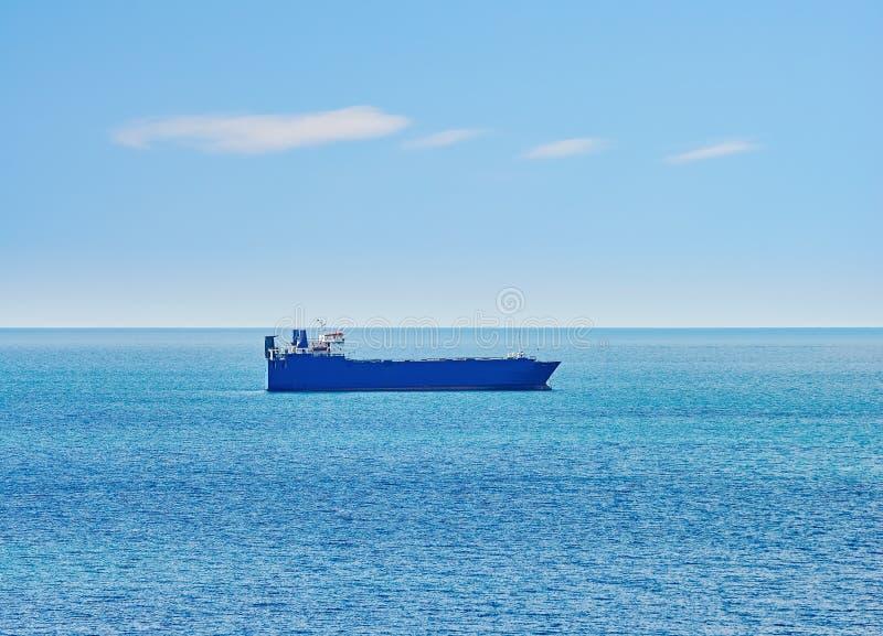Buque de carga en el mar fotografía de archivo