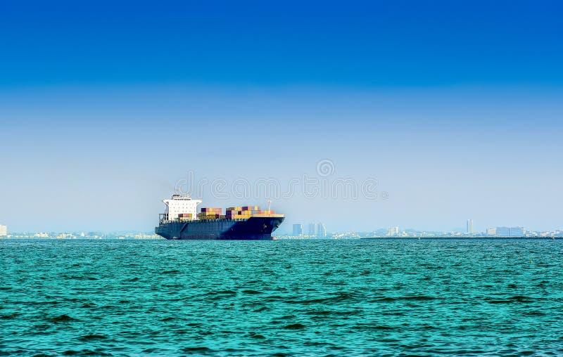 Buque de carga en el océano imagenes de archivo