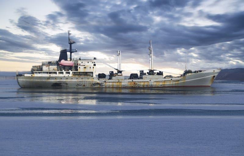 Buque de carga en el océano imagen de archivo