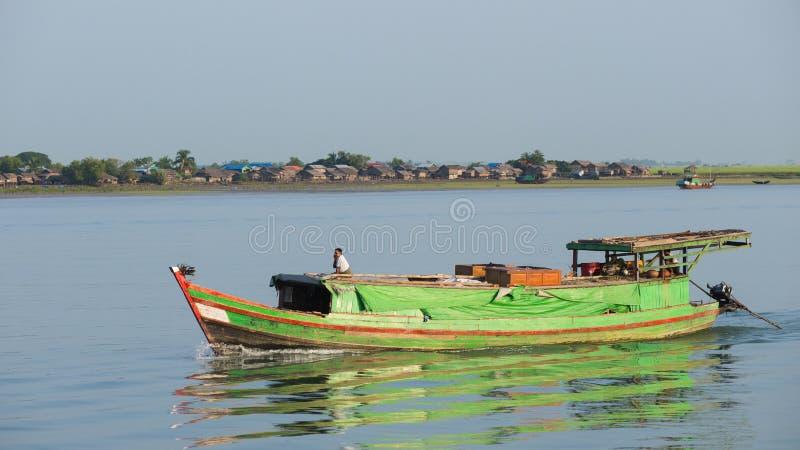 Buque de carga en el río de Kaladan imagen de archivo