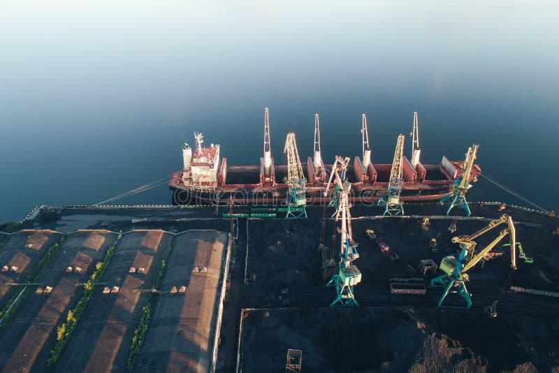 Buque de carga en la opinión aérea del puerto del abejón fotografía de archivo