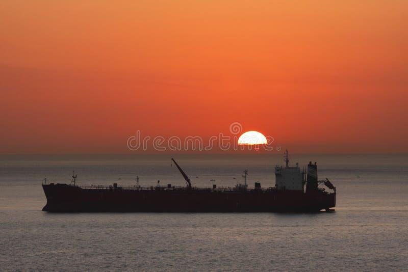 Buque de carga en la salida del sol foto de archivo libre de regalías
