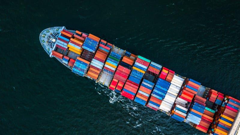 Buque de carga en las importaciones/exportaciones y el negocio logísticos, logísticos y imagenes de archivo