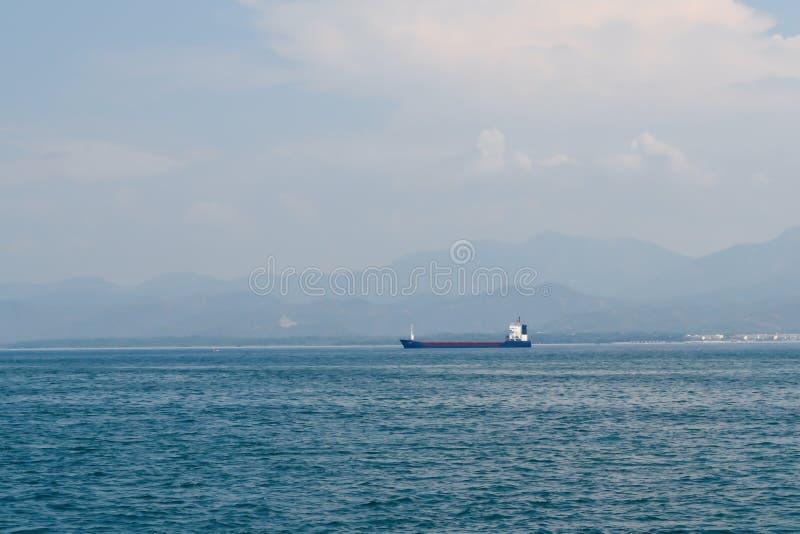 Buque de carga grande en el mar Mediterráneo de la costa turca fotografía de archivo
