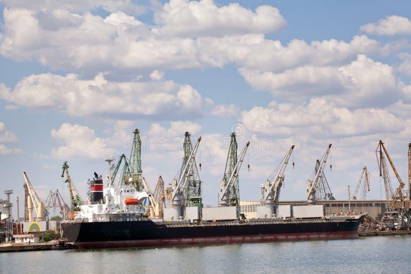 Buque de carga grande en un muelle en el puerto foto de archivo