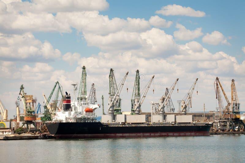 Buque de carga grande en un muelle en el puerto foto de archivo libre de regalías