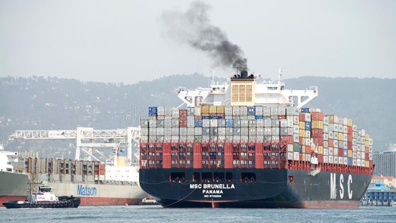 Buque de carga MSC BRUNELLA que llega el puerto de Oakland foto de archivo
