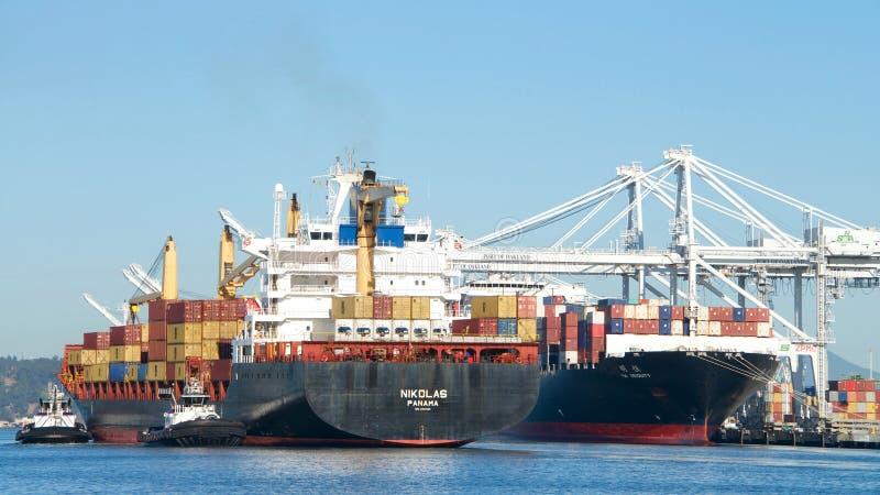 Buque de carga NICOLÁS que entra en el puerto de Oakland fotos de archivo