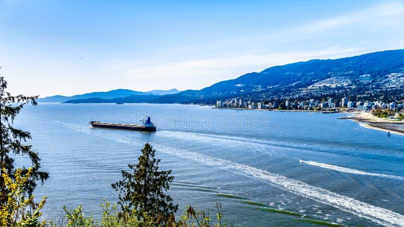 Buque de carga que deja el puerto de Vancouver en Columbia Británica, Canadá fotografía de archivo