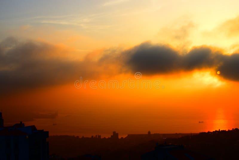 Buque de carga que hace frente a Beirut en la puesta del sol fotos de archivo