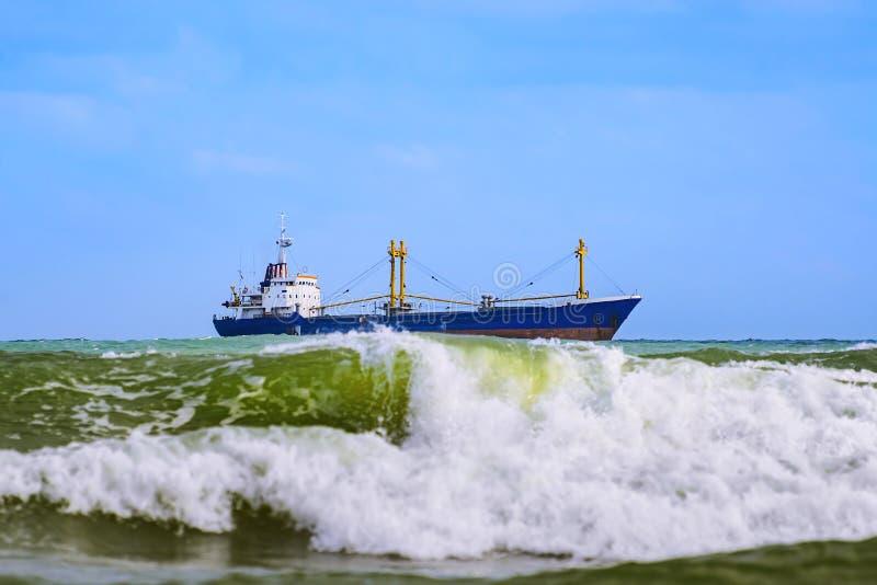 Buque de carga seca en el mar fotos de archivo libres de regalías