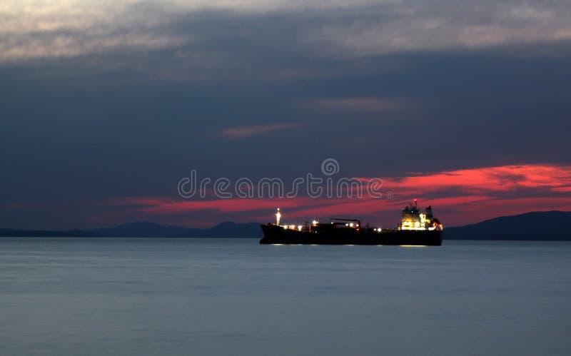 Buque de carga seca en la puesta del sol fotografía de archivo