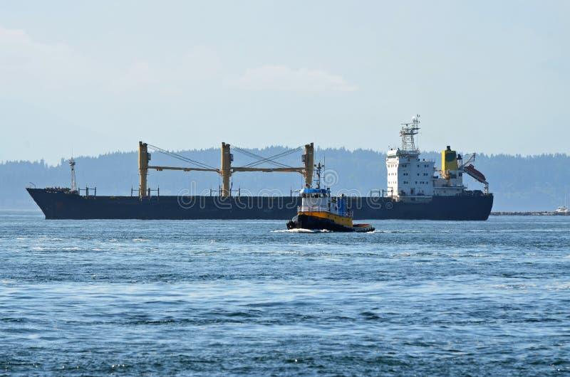 Buque de carga y barco del tirón fotografía de archivo libre de regalías