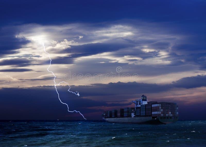 Buque de carga y la tormenta distan imagen de archivo libre de regalías