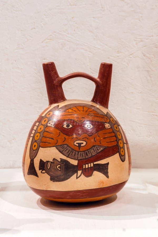 Buque de cerámica peruano antiguo con una imagen de un demonio con una cabeza cortada, cultura de Nazca fotografía de archivo libre de regalías