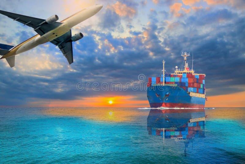 Buque de contenedores navegando en el mar imágenes de archivo libres de regalías