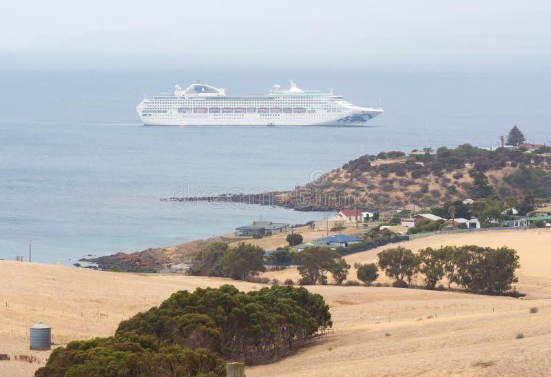 Buque de crucero con ciudad costera en verano imagen de archivo