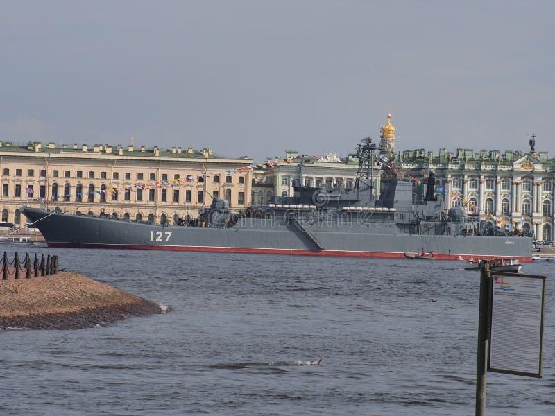 Buque de guerra de la marina de guerra rusa en St Petersburg Preparación para el desfile en honor del día ruso de la marina de gu imagen de archivo libre de regalías