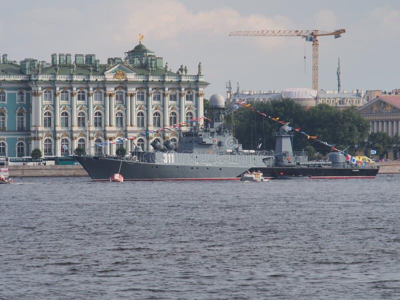 Buque de guerra de la marina de guerra rusa en St Petersburg Preparación para el desfile en honor del día ruso de la marina de gu fotos de archivo libres de regalías