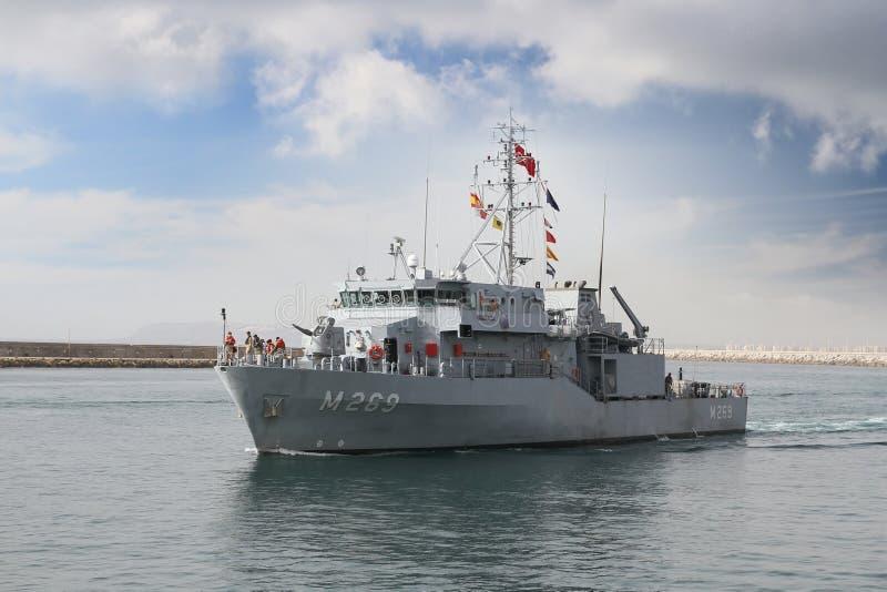 Buque de guerra que entra en el puerto de Alicante en España foto de archivo