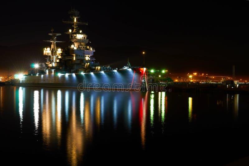 Buque de guerra viejo en la noche foto de archivo