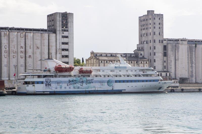Buque de pasajeros de Mármara atracado en el puerto de Haydarpasa fotos de archivo