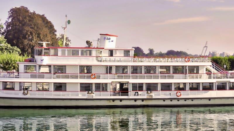 Buque de pasajeros en el lago de Constanza BSB en el embarcadero sin las huéspedes fotografía de archivo