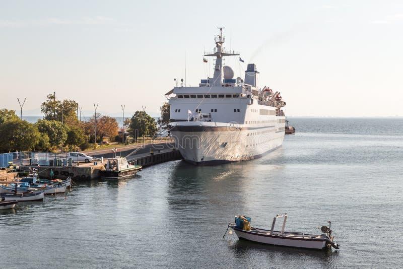 Buque de pasajeros en el puerto imagen de archivo libre de regalías